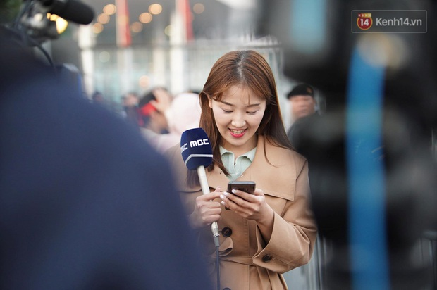 Nữ phóng viên xinh đẹp của đài MBC Hàn Quốc chiếm spotlight khi đưa tin trực tiếp về đoàn thể thao Việt Nam tại sân bay Nội Bài - Ảnh 1.