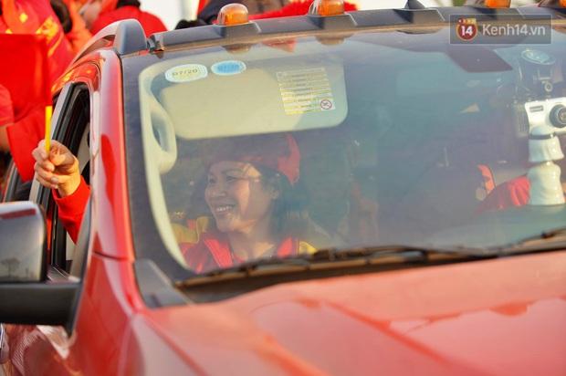 Ảnh: Mẹ Quang Hải gây chú ý với gương mặt tươi rói đầy tự hào, gia nhập đội quân máy cày lên sân bay Nội Bài đón con trai - Ảnh 3.