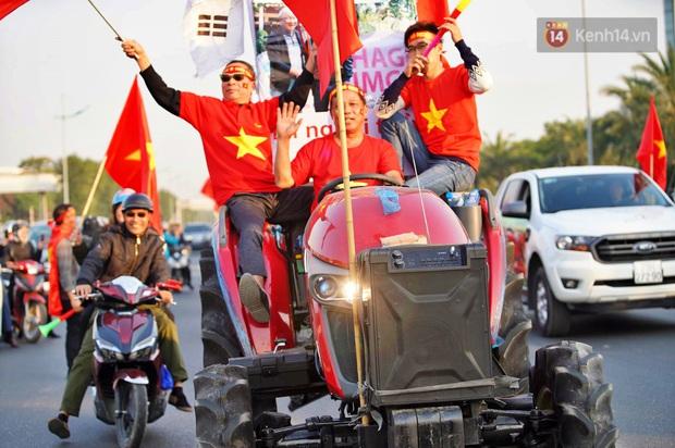 Ảnh: Mẹ Quang Hải gây chú ý với gương mặt tươi rói đầy tự hào, gia nhập đội quân máy cày lên sân bay Nội Bài đón con trai - Ảnh 8.