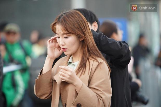 Nữ phóng viên xinh đẹp của đài MBC Hàn Quốc chiếm spotlight khi đưa tin trực tiếp về đoàn thể thao Việt Nam tại sân bay Nội Bài - Ảnh 4.