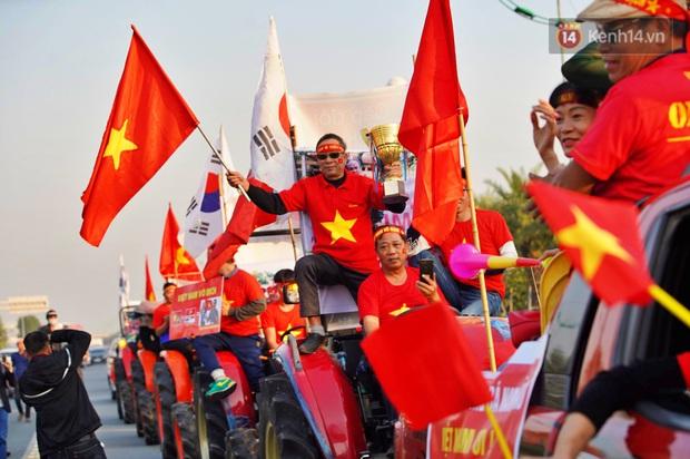Ảnh: Mẹ Quang Hải gây chú ý với gương mặt tươi rói đầy tự hào, gia nhập đội quân máy cày lên sân bay Nội Bài đón con trai - Ảnh 7.