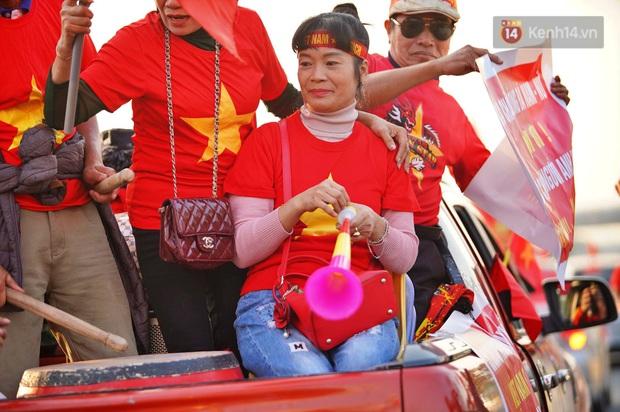 Ảnh: Mẹ Quang Hải gây chú ý với gương mặt tươi rói đầy tự hào, gia nhập đội quân máy cày lên sân bay Nội Bài đón con trai - Ảnh 9.