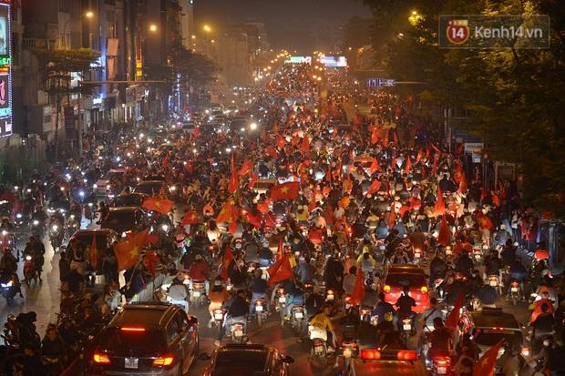 Mạng xã hội thể thao hàng đầu thế giới choáng ngợp với hình ảnh đi bão của người dân Việt Nam - Ảnh 1.