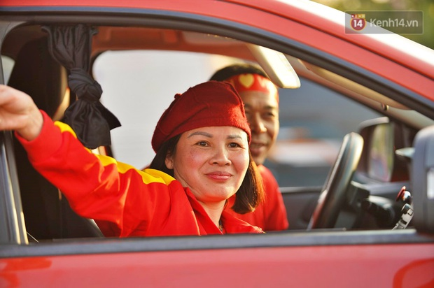 Ảnh: Mẹ Quang Hải gây chú ý với gương mặt tươi rói đầy tự hào, gia nhập đội quân máy cày lên sân bay Nội Bài đón con trai - Ảnh 2.