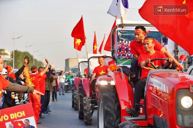 Ảnh: Mẹ Quang Hải gây chú ý với gương mặt tươi rói đầy tự hào, gia nhập đội quân máy cày lên sân bay Nội Bài đón con trai - Ảnh 6.
