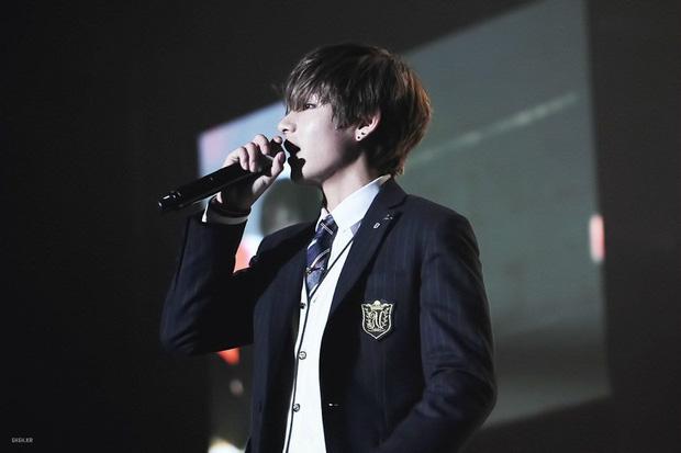 V (BTS) dậy thì cực thành công sau 5 năm: Xưa mang dáng vẻ hotboy trung học, nay thành trai đẹp toàn cầu thần thái sân khấu quyến rũ chết người - Ảnh 1.