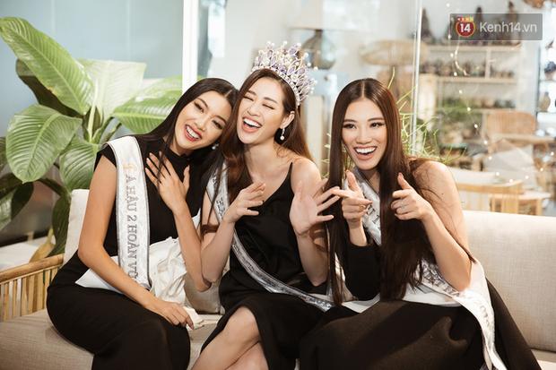 Livestream hậu trường phỏng vấn Top 3 Hoa hậu Hoàn Vũ: Khánh Vân, Kim Duyên, Thúy Vân nói về chiến thắng của U22! - Ảnh 1.