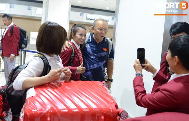 Đáng yêu như crush quốc dân Hoàng Thị Loan: Hoá thân thành fan girl, ráo riết săn tìm từng chữ ký cầu thủ U22 Việt Nam - Ảnh 4.