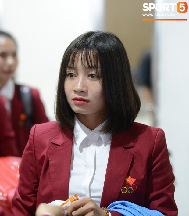 Đáng yêu như crush quốc dân Hoàng Thị Loan: Hoá thân thành fan girl, ráo riết săn tìm từng chữ ký cầu thủ U22 Việt Nam - Ảnh 6.