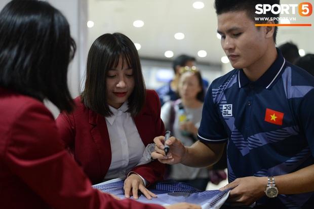 Đáng yêu như crush quốc dân Hoàng Thị Loan: Hoá thân thành fan girl, ráo riết săn tìm từng chữ ký cầu thủ U22 Việt Nam - Ảnh 5.