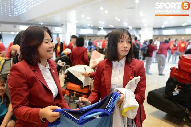 Đội U22 và tuyển nữ Việt Nam hoàn thành xong thủ tục, lên máy bay trở về nước - Ảnh 1.