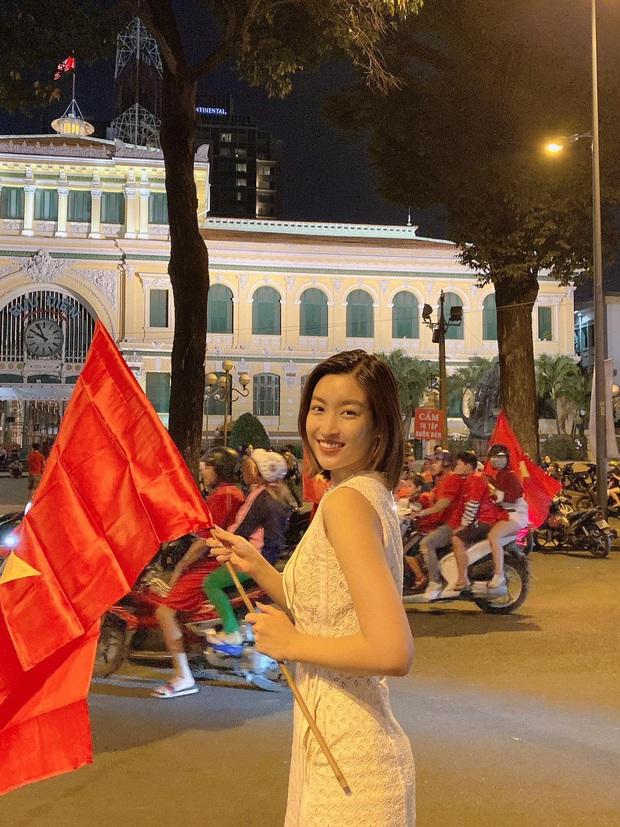 Đẳng cấp nhan sắc của dàn Hoa hậu Vbiz đi bão: Không váy áo lụa là, cầm cờ đỏ sao vàng thôi đã xinh xuất sắc - Ảnh 1.