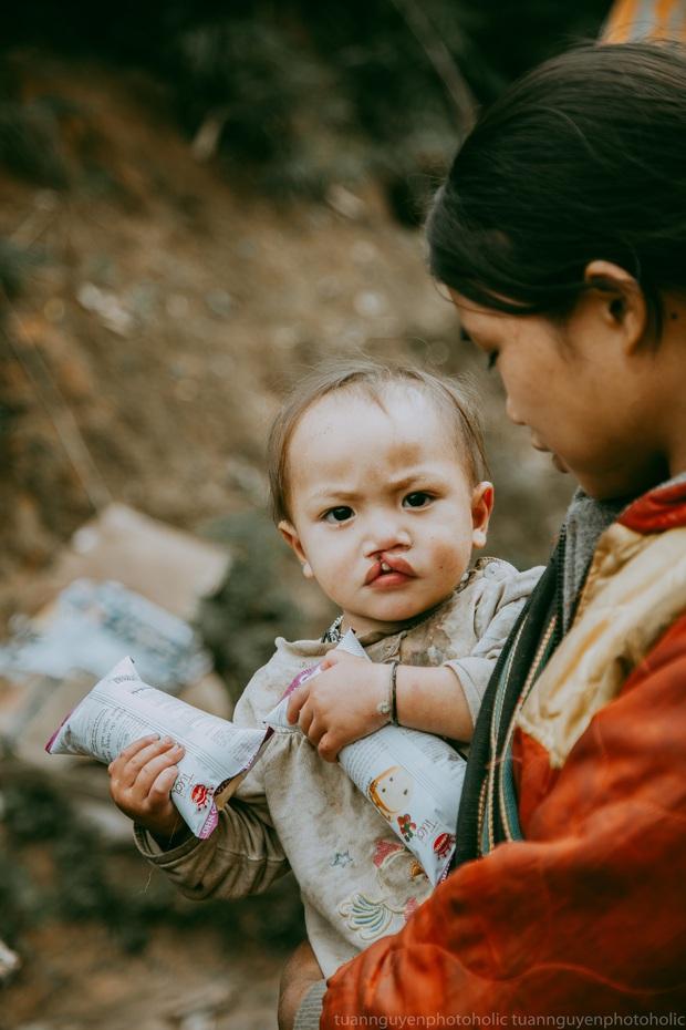 Dân mạng chia sẻ hình ảnh bé trai lấm lem, khóc nức nở khi nhận bánh mì từ thiện khiến nhiều người nghẹn ngào - Ảnh 7.