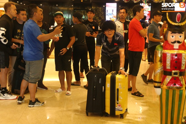 Đội U22 và tuyển nữ Việt Nam hoàn thành xong thủ tục, lên máy bay trở về nước - Ảnh 22.
