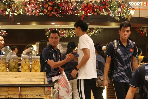 Sở hữu nhiều giày hiệu có giá hàng chục triệu nhưng Văn Hậu vẫn mê đồ bình dân, vừa diện áo phông chỉ 350k - Ảnh 2.