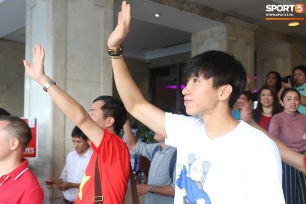 Sở hữu nhiều giày hiệu có giá hàng chục triệu nhưng Văn Hậu vẫn mê đồ bình dân, vừa diện áo phông chỉ 350k - Ảnh 4.