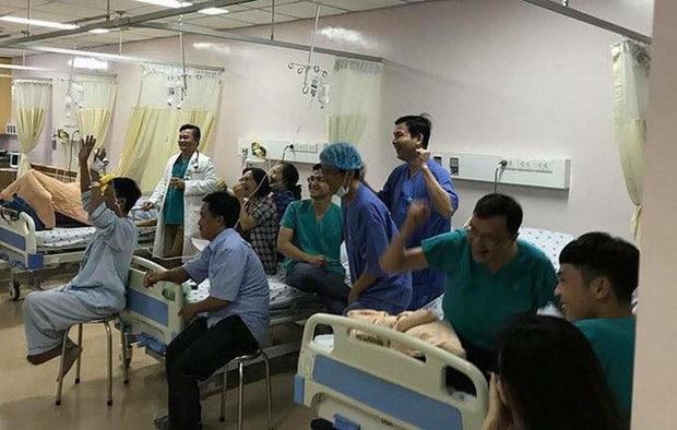 Hình ảnh cụ ông vừa phẫu thuật não đang phải thở máy vẫn cố xem trận chung kết SEA Games 30 của ĐT U22 Việt Nam gây xúc động - Ảnh 2.