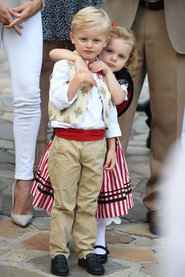 Cặp song sinh hoàng gia Monaco đón sinh nhật 5 tuổi với thần thái hơn người, nổi bật hơn cả hai con của Công nương Kate - Ảnh 2.