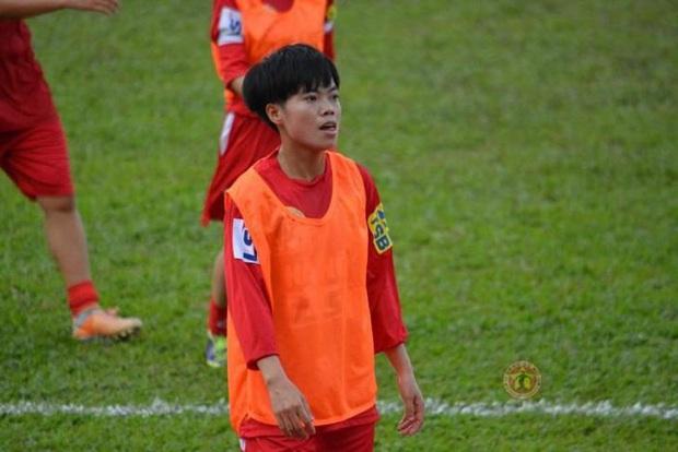 Mẹ của cầu thủ Xuyến Xeko - nữ chiến binh lớn tuổi nhất trong ĐT bóng đá nữ Quốc gia xúc động khi có mặt tại SB Nội Bài: Yêu nghề con cứ đi - Ảnh 1.
