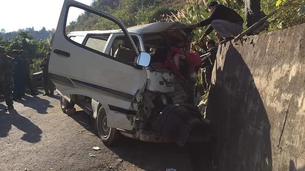Xe chở đoàn thiện nguyện đâm vào vách núi, 2 người tử vong, 6 người bị thương - Ảnh 1.