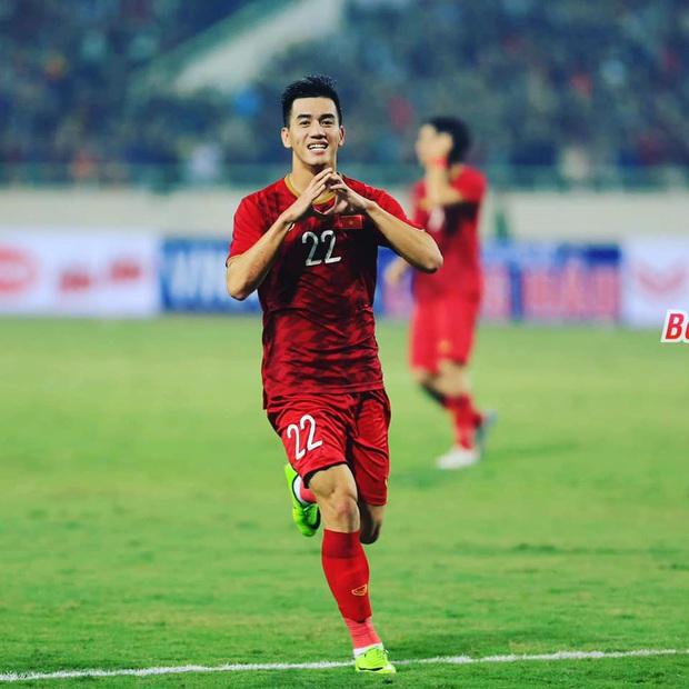Cầu thủ Tiến Linh lần đầu mặc vest lịch lãm, khác hẳn hình ảnh trên sân cỏ bên cạnh Hoa hậu Ngọc Hân - Ảnh 3.