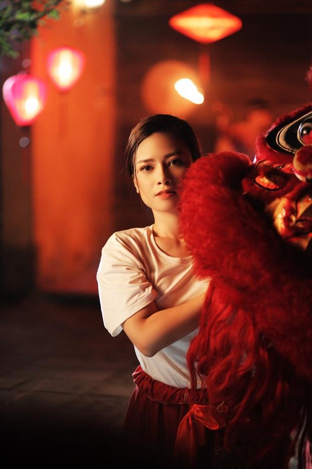 Trong 1 tối Vpop cho ra mắt loạt MV: Dương Hoàng Yến xuyên không, Suboi khoe bụng bầu, Quốc Thiên hát cover còn Đạt G... đi rao bánh mì - Ảnh 12.