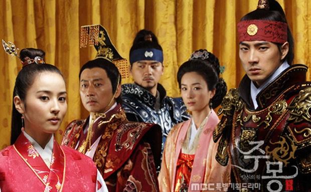 Ngã ngửa khi biết tuổi thật và tuổi trên phim của các cặp sao châu Á: Mẹ con bằng tuổi nhau ngoài đời, cháu bỗng hoá chú - Ảnh 4.
