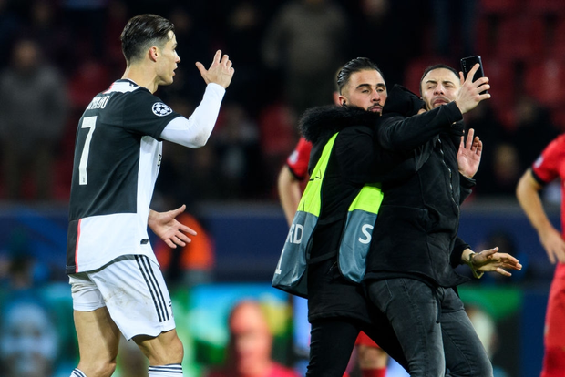 Ronaldo lần đầu nổi điên vì bị fan hâm mộ dúi đầu đòi chụp ảnh, nhưng xem kỹ mới thấy thủ phạm là nhân vật khác - Ảnh 2.