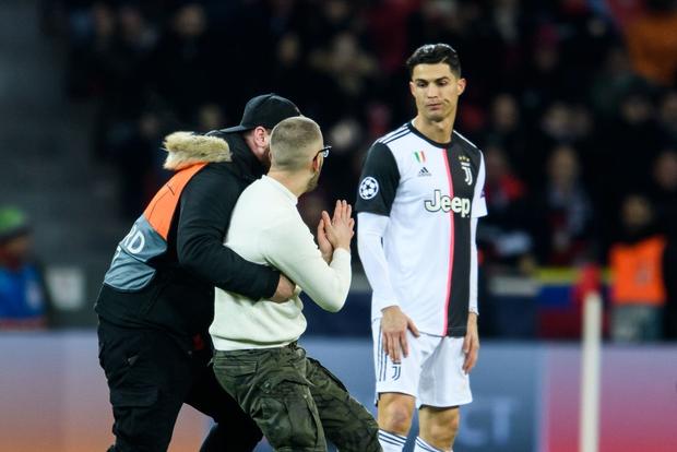 Ronaldo lần đầu nổi điên vì bị fan hâm mộ dúi đầu đòi chụp ảnh, nhưng xem kỹ mới thấy thủ phạm là nhân vật khác - Ảnh 5.