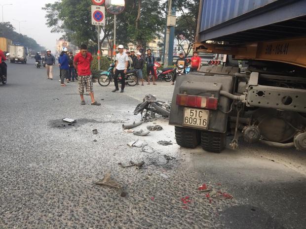 Xe máy cháy trơ khung sau va chạm với container, người đàn ông nguy kịch mắc kẹt dưới bánh xe ở Sài Gòn - Ảnh 2.
