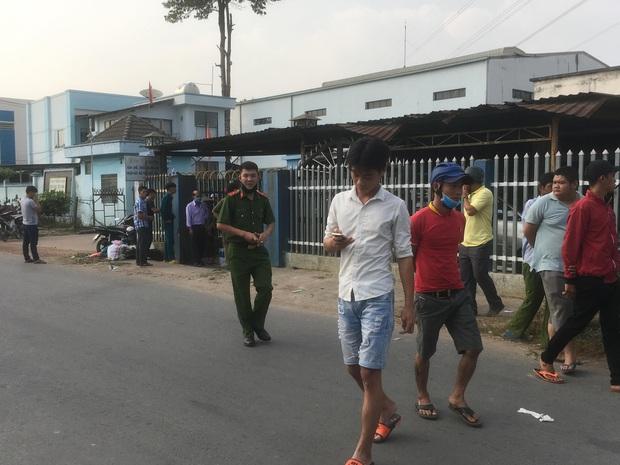 Bình Dương: Nam thanh niên biểu hiện lạ tự cầm dao kề cổ, chạy vào nhà dân cố thủ khiến cả khu phố náo loạn - Ảnh 3.