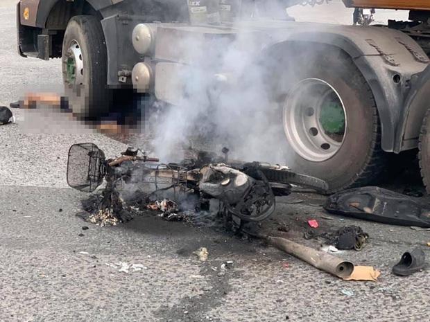 Xe máy cháy trơ khung sau va chạm với container, người đàn ông nguy kịch mắc kẹt dưới bánh xe ở Sài Gòn - Ảnh 3.