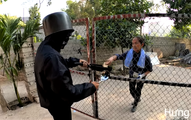 Mẹ con Bà Tân Vlog bị ném đá vì đăng clip cosplay thanh niên bôi mặt đen cầm đầu gà xin tiền: Ủa, hổng có dzui! - Ảnh 2.