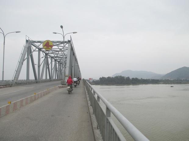Vừa ly hôn với vợ, người đàn ông để lại xe máy trên cầu rồi nhảy xuống sông tự tử - Ảnh 1.
