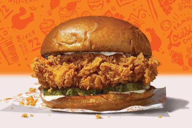 """Sốc: Popeyes ra mắt siêu phẩm """"sandwich gà dán tường"""" trị giá tới… 120 nghìn USD, dân tình trố mắt tự hỏi có gì mà đắt đến vậy? - Ảnh 3."""