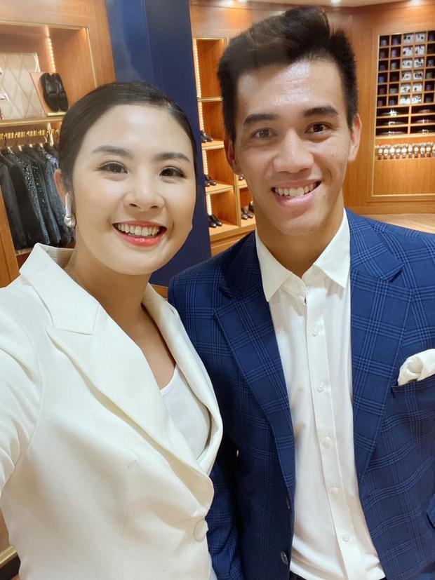 Cầu thủ Tiến Linh lần đầu mặc vest lịch lãm, khác hẳn hình ảnh trên sân cỏ bên cạnh Hoa hậu Ngọc Hân - Ảnh 1.