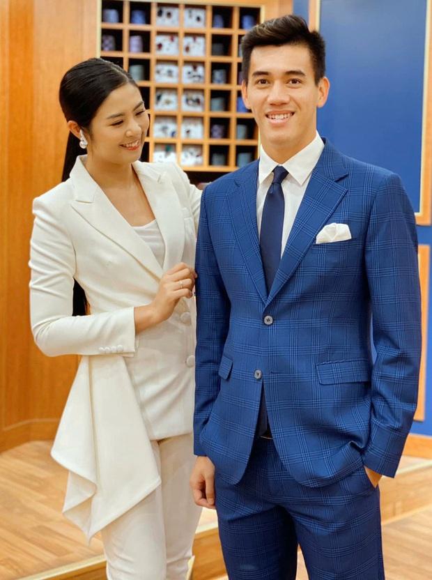 Cầu thủ Tiến Linh lần đầu mặc vest lịch lãm, khác hẳn hình ảnh trên sân cỏ bên cạnh Hoa hậu Ngọc Hân - Ảnh 2.