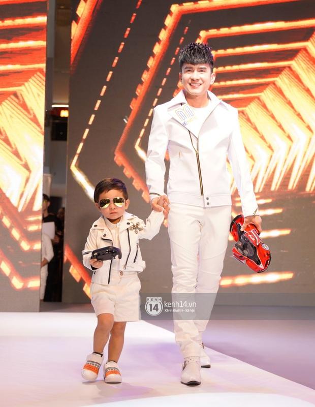 Quý tử nhà Đan Trường cực sành điệu, cùng bố đi catwalk chuyên nghiệp tại sự kiện đầu tiên ở Việt Nam - Ảnh 3.