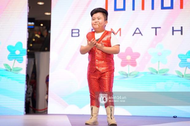Quý tử nhà Đan Trường cực sành điệu, cùng bố đi catwalk chuyên nghiệp tại sự kiện đầu tiên ở Việt Nam - Ảnh 10.