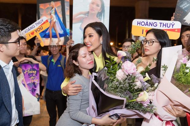 Tân Hoa hậu Khánh Vân đón Hoàng Thùy trở về từ Mỹ lúc nửa đêm sau thành tích Top 20 Miss Universe - Ảnh 9.