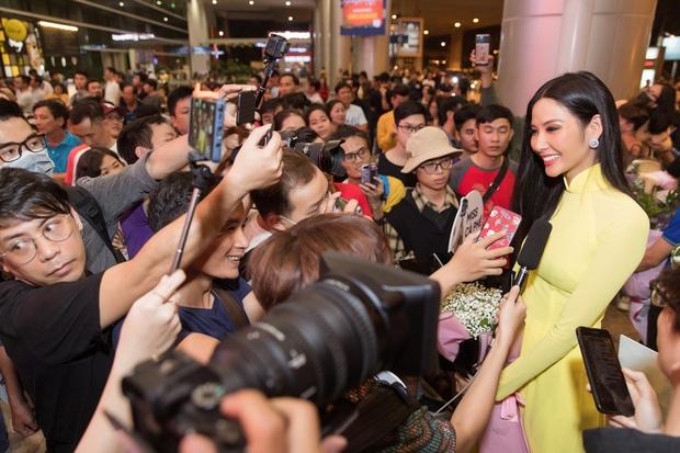 Tân Hoa hậu Khánh Vân đón Hoàng Thùy trở về từ Mỹ lúc nửa đêm sau thành tích Top 20 Miss Universe - Ảnh 10.