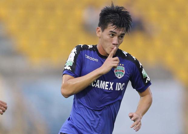 Cầu thủ Tiến Linh lần đầu mặc vest lịch lãm, khác hẳn hình ảnh trên sân cỏ bên cạnh Hoa hậu Ngọc Hân - Ảnh 4.
