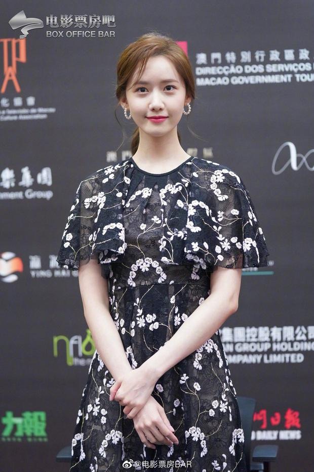 Yoona thay liền 2 bộ váy: Vừa kín đáo đã quay ngoắt sang lồng lộn đúng chuẩn nữ hoàng thảm đỏ khiến ai cũng trầm trồ - Ảnh 1.
