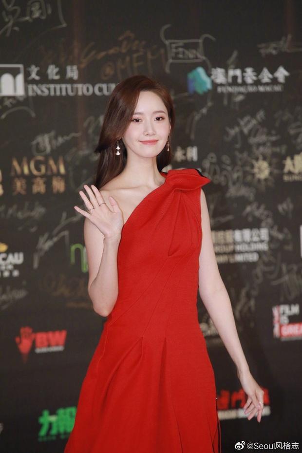 Yoona thay liền 2 bộ váy: Vừa kín đáo đã quay ngoắt sang lồng lộn đúng chuẩn nữ hoàng thảm đỏ khiến ai cũng trầm trồ - Ảnh 2.