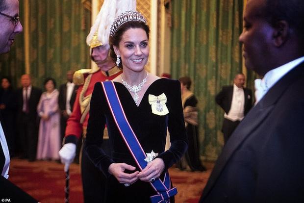 """Công nương Kate Middleton kín đáo mà vẫn đẹp """"ná thở"""" sau khi sửa váy để bớt sexy - Ảnh 1."""