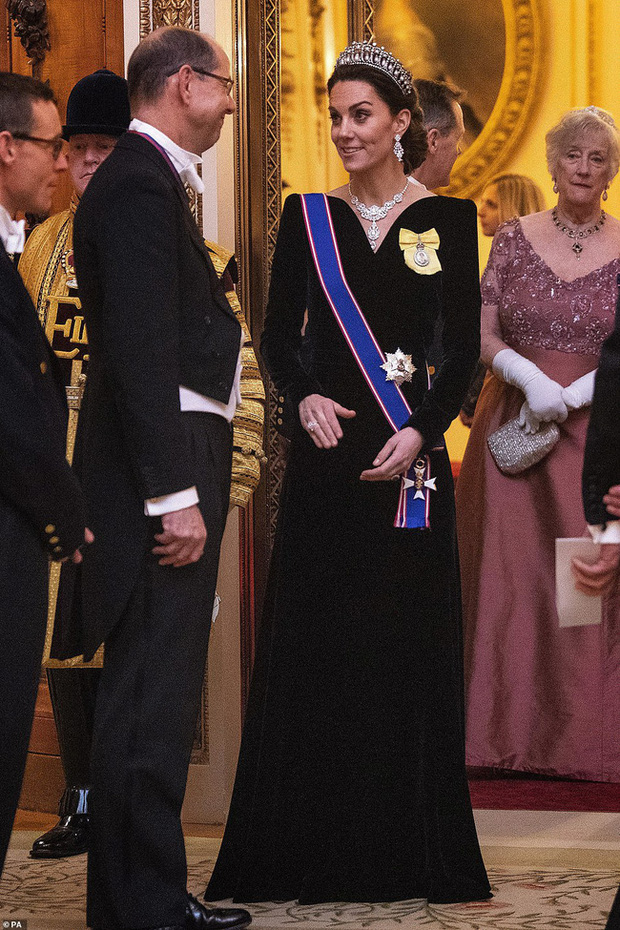 """Công nương Kate Middleton kín đáo mà vẫn đẹp """"ná thở"""" sau khi sửa váy để bớt sexy - Ảnh 2."""