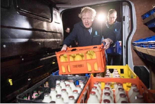 Thủ tướng Anh đi giao sữa trước cuộc bầu cử quan trọng - Ảnh 2.