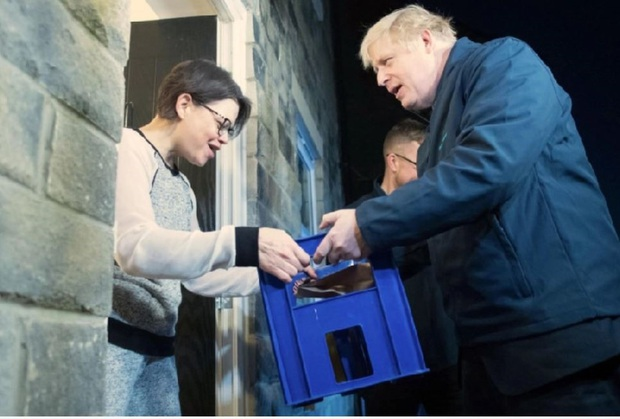 Thủ tướng Anh đi giao sữa trước cuộc bầu cử quan trọng - Ảnh 3.
