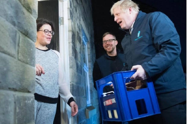 Thủ tướng Anh đi giao sữa trước cuộc bầu cử quan trọng - Ảnh 1.