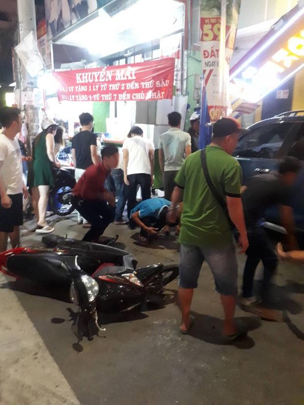 Ô tô bất ngờ lao vào quán trà sữa ở Bình Dương khiến 2 người bị thương nặng, người đi đường hoảng loạn - Ảnh 1.